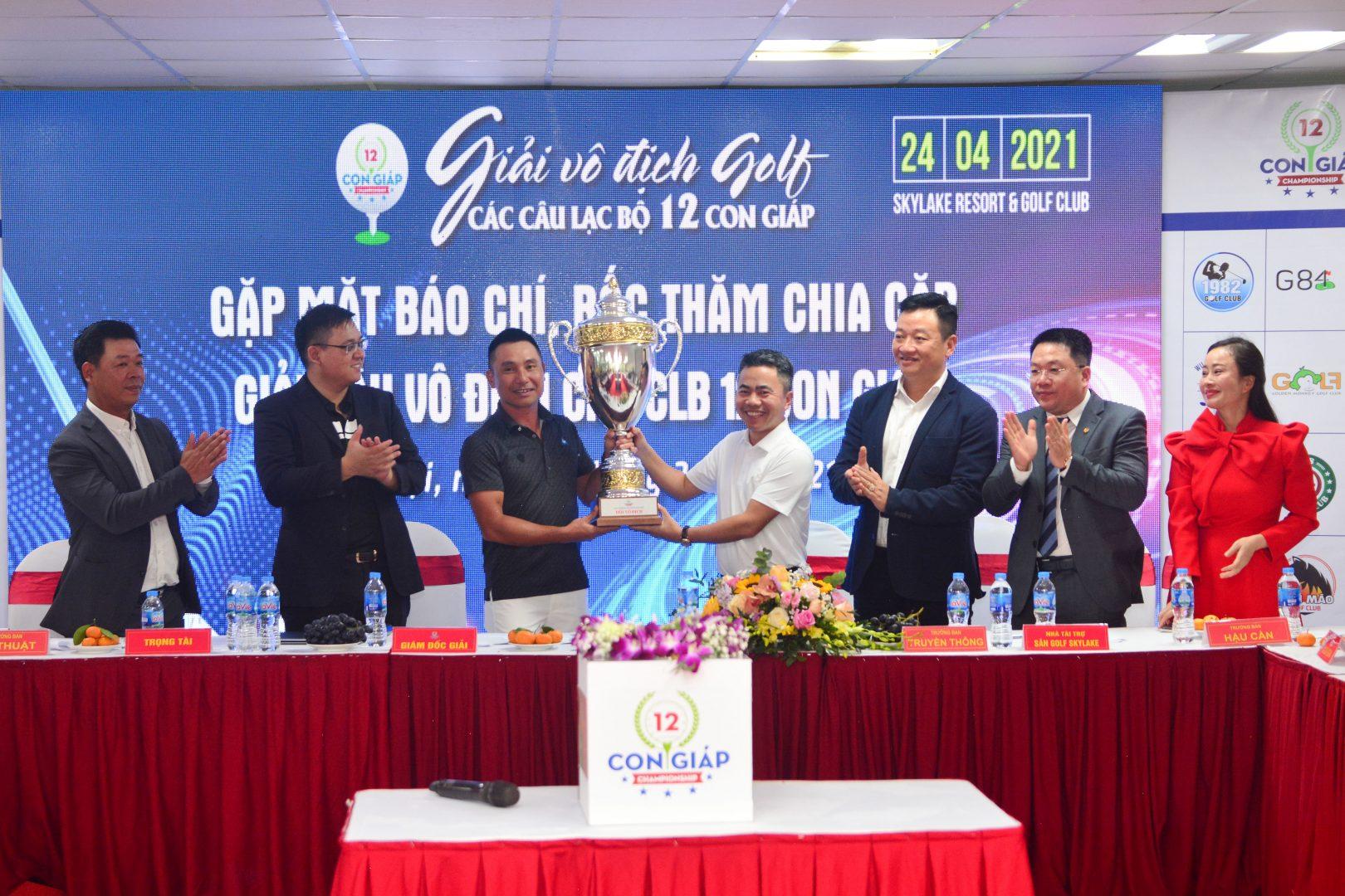 ĐKVĐ giải năm 2020 trao lại cup cho Ban tổ chức